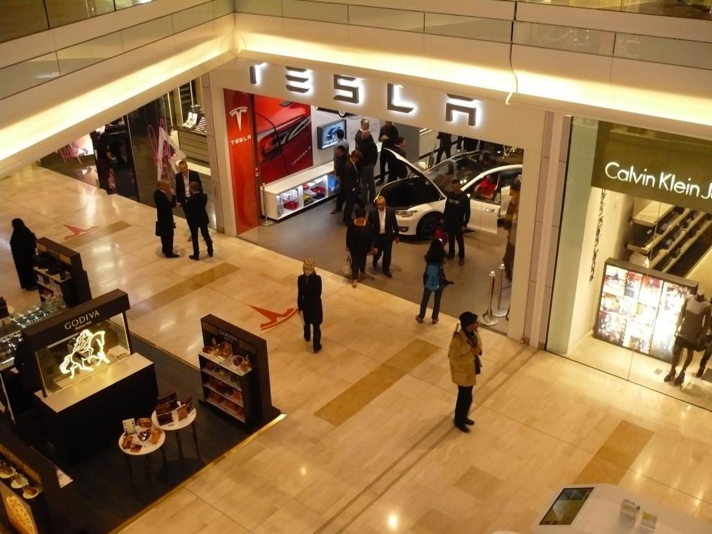 Tesla boutique Westfield Londra